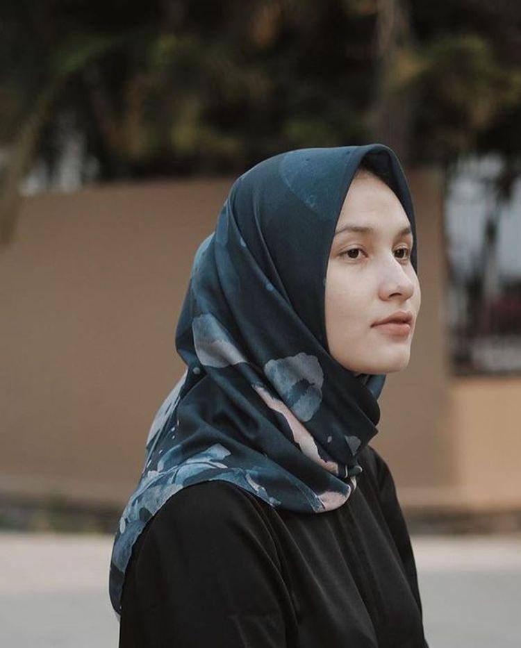 Teknik Memakai Hijab Segi Empat Untuk Si Wajah Bulat